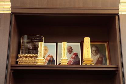 乗泉寺歴代住職のお位牌・写真(右端お厨子)