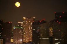 ビル間の月